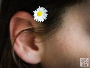 Gänseblümchen im Ohr