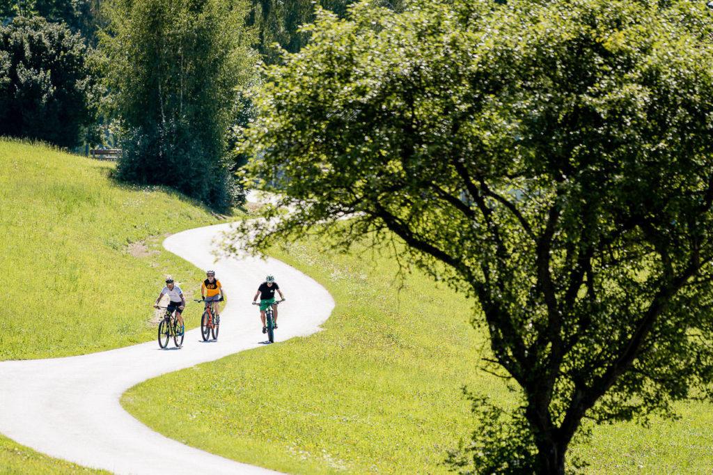 Mountainbiker am Radweg